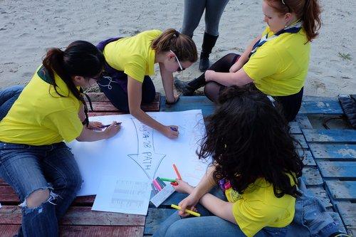 Flipchart beach outside yellow shirt polo t-shirt girls painting working